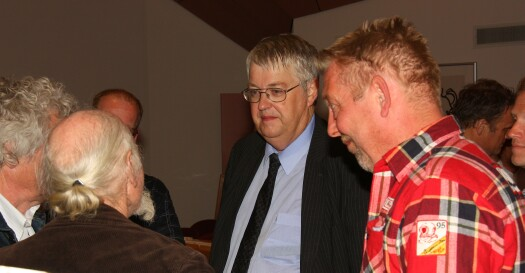 Dick Beets in discussie met wethouder Hendriks van Wormerland